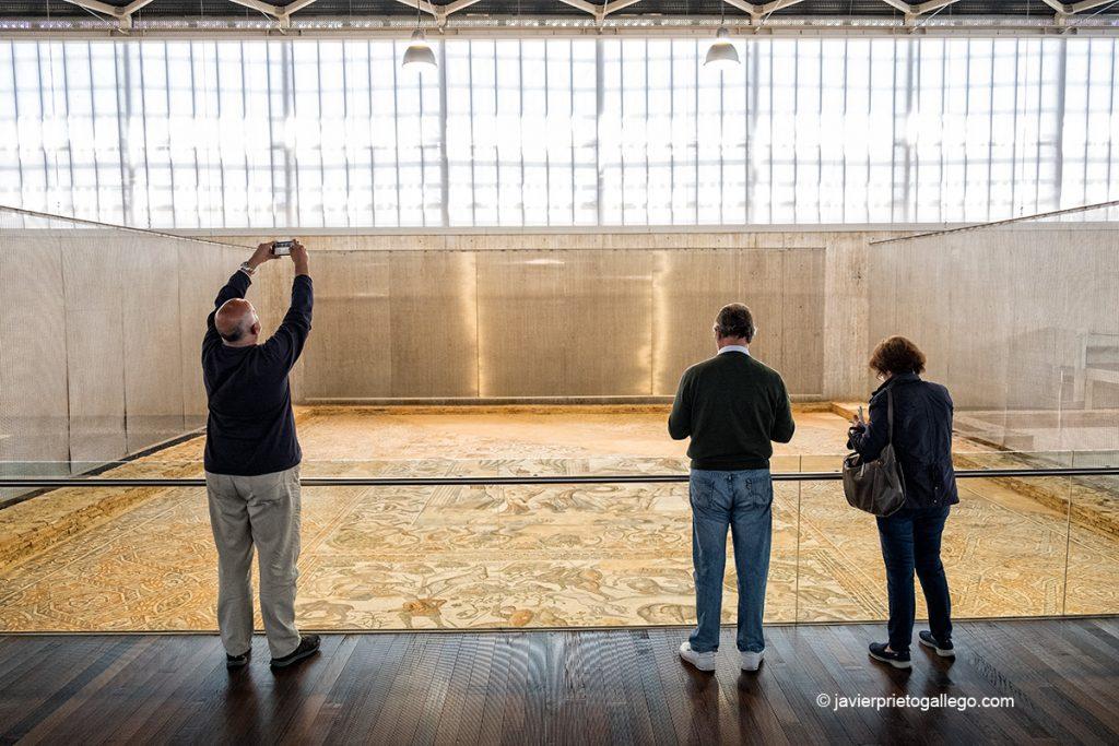Visitantes ante el mosaico del Oecus. Villa romana de La Olmeda. Palencia. Castilla y León. España © Javier Prieto Gallego;