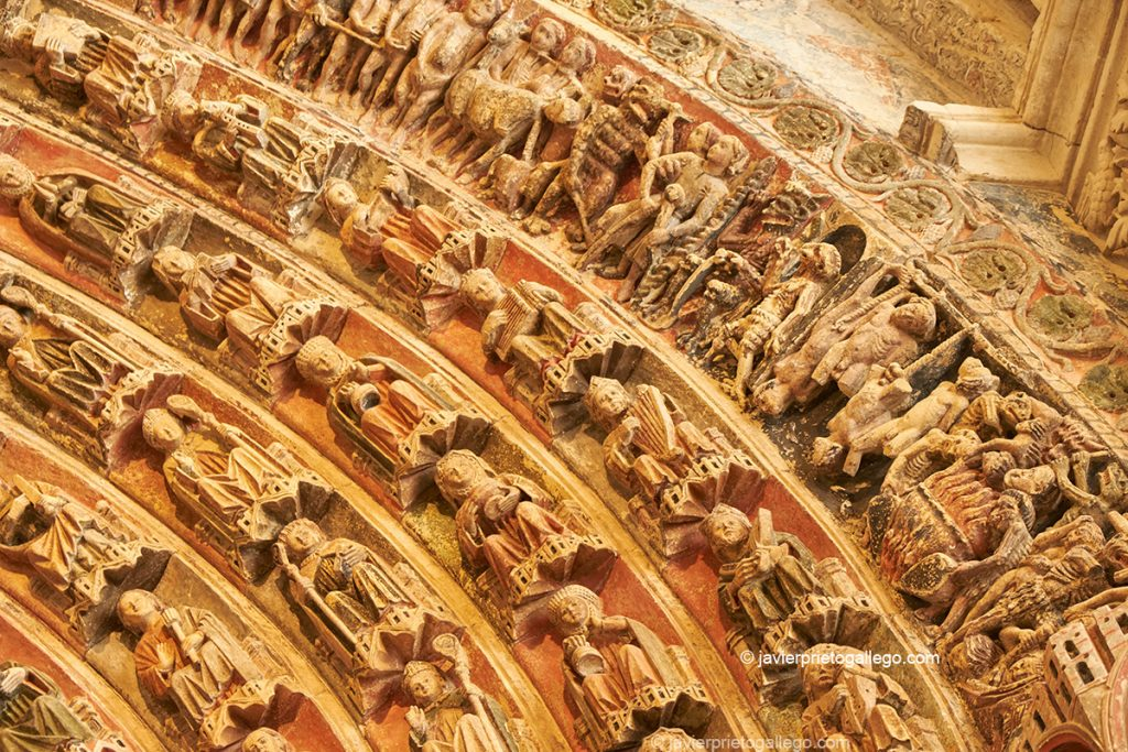 En la arquivolta superior se representan los horrores que esperan en el Infierno tras el Juicio Final. Portada de la Majestad, policromado, gótico del siglo XIII. Toro. Castilla y León. España © Javier Prieto Gallego