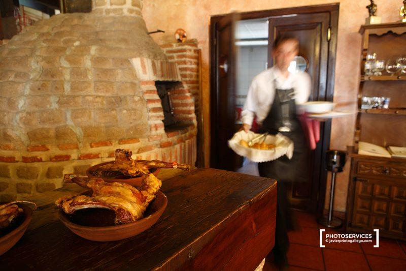 Lechazos y horno de asar en el comedor del Restaurante La Botica. Matapozuelos. Valladolid. Castilla y León. España © Javier Prieto Gallego