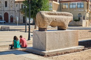 Verraco prehistórico ante el alcázar de Toro. Castilla y León. España © Javier Prieto Gallego