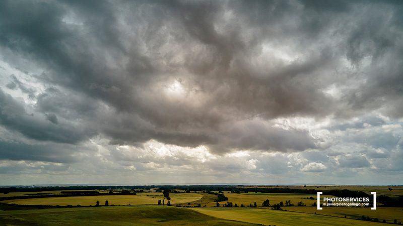 Fotografía aérea tomada con dron de los campos y cielos de Palencia sobre el aeródromo de Villoldo. Palencia. Castilla y León. España. © Javier Prieto Gallego